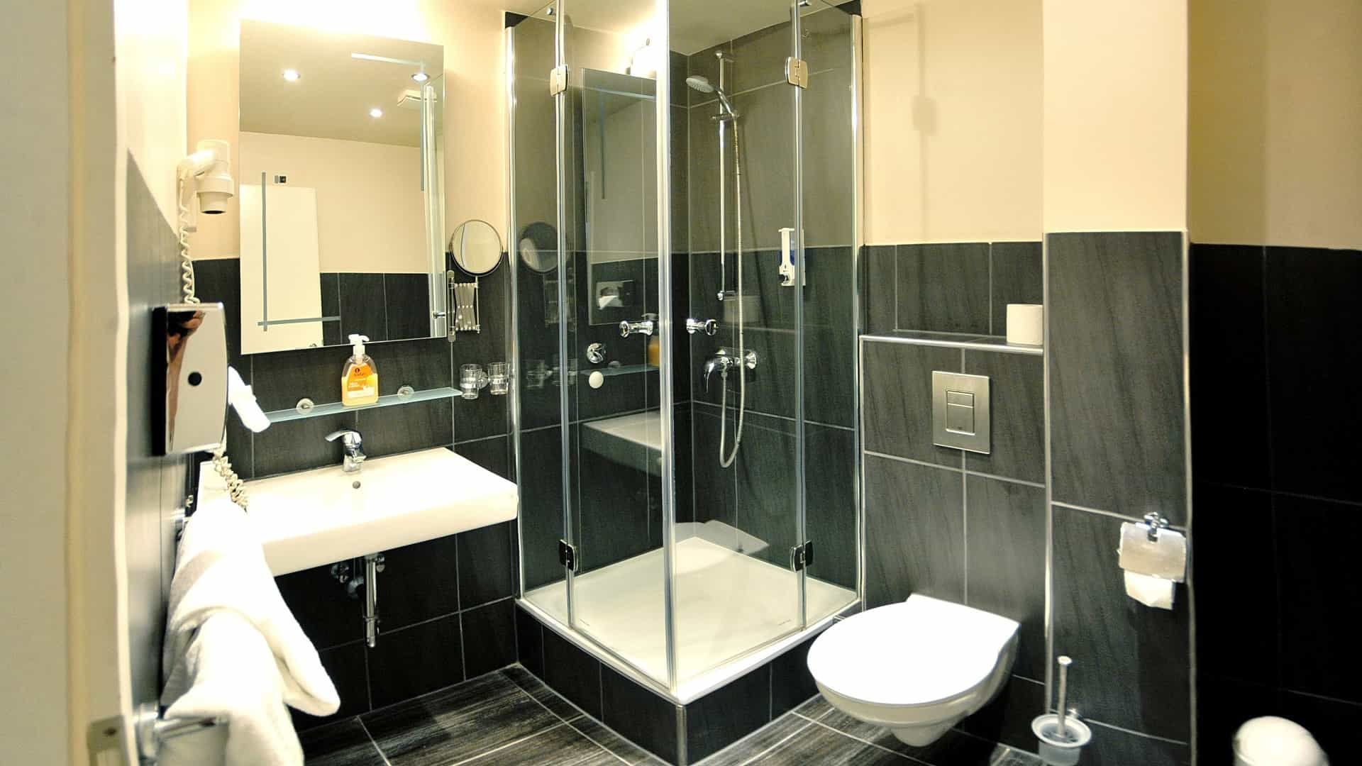 Example bathroom in a double comfort room in the Hotel Hamburg St.Joseph next to Reeperbahn on St.Pauli Kiez